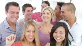 Grupo de jovens felizes que comemoram junto video estoque