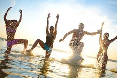 Adolescentes papty no recurso do mar Imagens de Stock Royalty Free