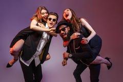 Grupo de jovens felizes que têm o divertimento fotografia de stock royalty free