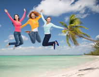 Grupo de jovens mulheres de sorriso que saltam no ar Fotos de Stock