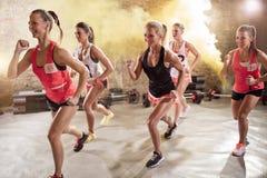 Grupo de jovens mulheres na pose de corrida imagem de stock royalty free