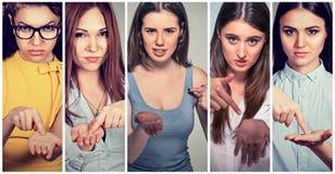 Grupo de jovens mulheres que gesticulam com mão para pagar para trás o dinheiro imagens de stock royalty free