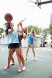 Grupo de jovens mulheres que jogam o fósforo de basquetebol Imagem de Stock Royalty Free