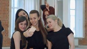 Grupo de jovens mulheres que tomam um selfie durante uma ruptura em uma classe da aptidão do polo Imagens de Stock Royalty Free