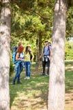 Grupo de jovens na caminhada das madeiras Imagens de Stock Royalty Free