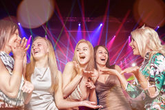 Grupo de jovens no clube Foto de Stock Royalty Free