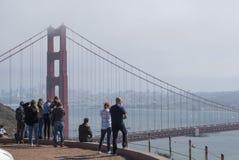 Grupo de jovens perto acima da observação em golden gate bridge imagem de stock royalty free
