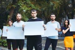 Grupo de jovens de protesto fora fotografia de stock