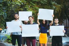 Grupo de jovens de protesto fora imagens de stock