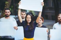 Grupo de jovens de protesto fora fotografia de stock royalty free