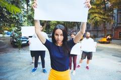 Grupo de jovens de protesto fora foto de stock