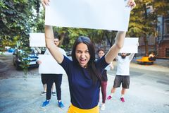 Grupo de jovens de protesto fora imagem de stock