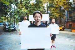 Grupo de jovens de protesto fora fotos de stock