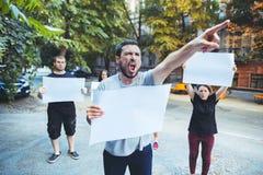 Grupo de jovens de protesto fora imagem de stock royalty free