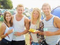 Grupo de jovens que acampam no festival de música Foto de Stock