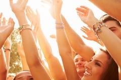 Grupo de jovens que apreciam o festival de música exterior fotografia de stock