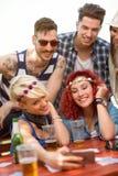 Grupo de jovens que fotografam o selfie Fotografia de Stock