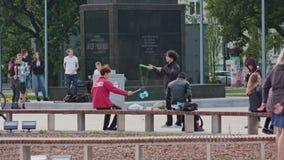 Grupo de jovens que têm o divertimento fora no parque foto de stock
