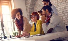 Grupo de jovens que trabalham junto no computador fotos de stock royalty free