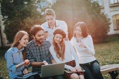 Grupo de jovens sente-se freelance hipster imagem de stock
