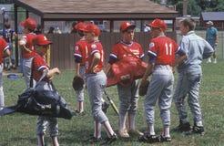 Grupo de jugadores de béisbol de la liga pequeña Imágenes de archivo libres de regalías
