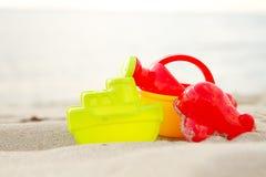 Grupo de juguetes de la playa de los niños en la costa Foto de archivo