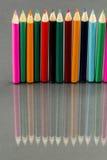 Grupo de lápices coloreados sostenido con reflexiones Fotografía de archivo libre de regalías
