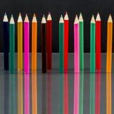 Grupo de lápices coloreados sostenido con reflexiones Imágenes de archivo libres de regalías