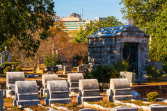 Grupo de lápides e de cripta no cemitério de Oakland, Atlanta, EUA Imagem de Stock Royalty Free