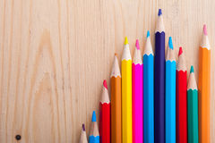 Grupo de lápis brilhantes coloridos na tabela Imagens de Stock Royalty Free