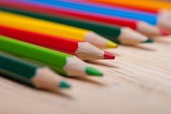 Grupo de lápis coloridos brilhantes na tabela de madeira Fotografia de Stock