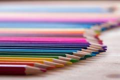 Grupo de lápis coloridos brilhantes na tabela de madeira Imagem de Stock Royalty Free