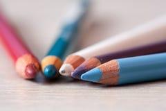 Grupo de lápis cosméticos Lápis com pétalas unfocused Lápis da composição imagem de stock royalty free