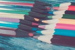 Grupo de lápis da cor no fundo de madeira Macro Fim acima Fotos de Stock Royalty Free
