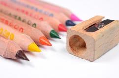 Grupo de lápis e de faca-apontador coloridos brilhantes Imagem de Stock Royalty Free