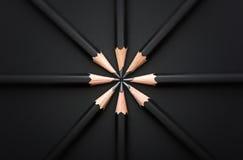 Grupo de lápis pretos no preto Imagem de Stock