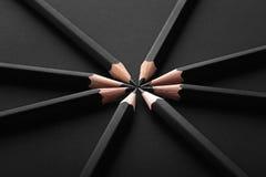 Grupo de lápis pretos no preto Imagens de Stock