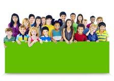 Grupo de la amistad de la diversidad de concepto de la cartelera de la educación de los niños Fotos de archivo