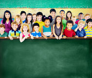 Grupo de la amistad de la diversidad de concepto de la pizarra de la educación de los niños Imagen de archivo libre de regalías