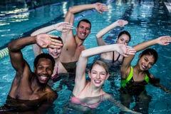 Grupo de la aptitud que hace aeróbicos de la aguamarina Imagenes de archivo