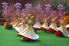 Grupo de la danza de muchachas en el concierto Fotografía de archivo libre de regalías