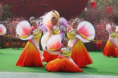 Grupo de la danza del chino en trajes hermosos Imagen de archivo libre de regalías