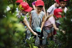 Grupo de la diversidad de jardín del agua del espray de los niños imagenes de archivo