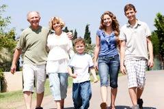 Grupo de la familia extensa que recorre abajo del camino Imagen de archivo libre de regalías