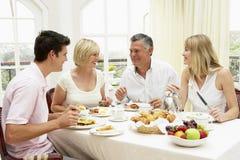 Grupo de la familia que goza del desayuno del hotel imágenes de archivo libres de regalías