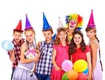 Grupo de la fiesta de cumpleaños de adolescente con el payaso. Imágenes de archivo libres de regalías