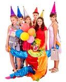 Grupo de la fiesta de cumpleaños de adolescente con el payaso Imagen de archivo libre de regalías