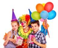 Grupo de la fiesta de cumpleaños de adolescente con el payaso Fotografía de archivo libre de regalías