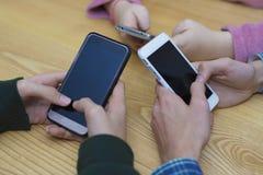 Grupo de la mano con el móvil foto de archivo