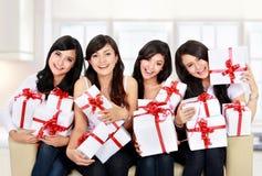Grupo de la mujer con muchos rectángulos de regalo Imagen de archivo libre de regalías